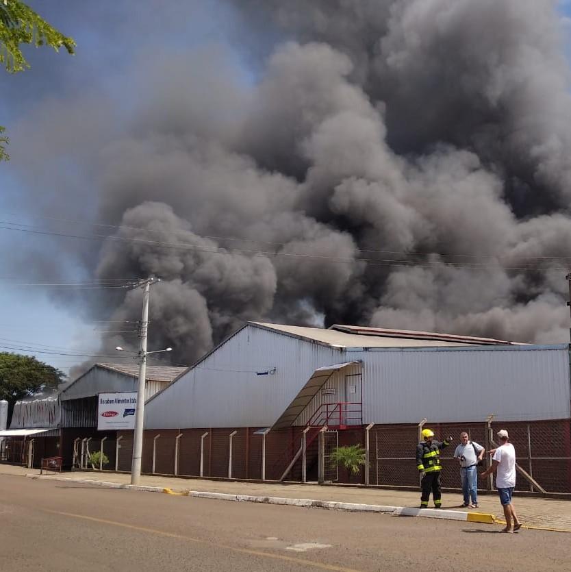 Bombeiros atuam em duas frentes para conter incêndio