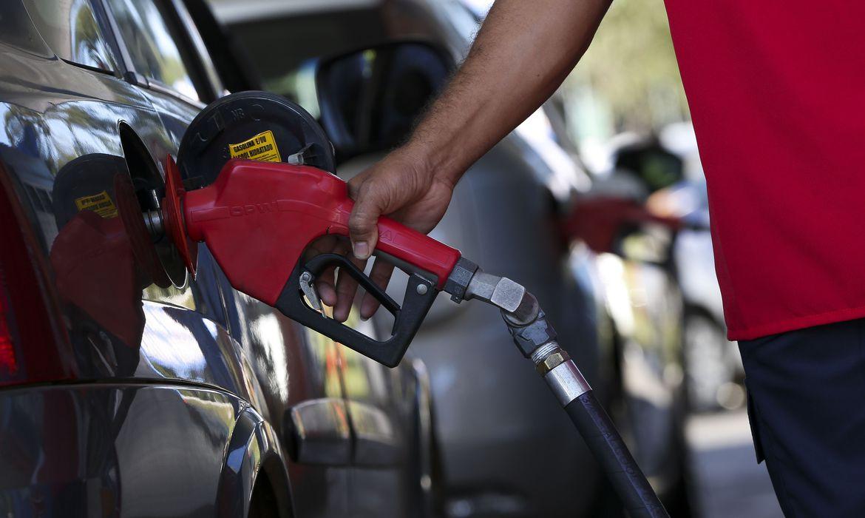 7 notícias: Preço médio da gasolina sobe pela sexta semana seguida nos postos brasileiros