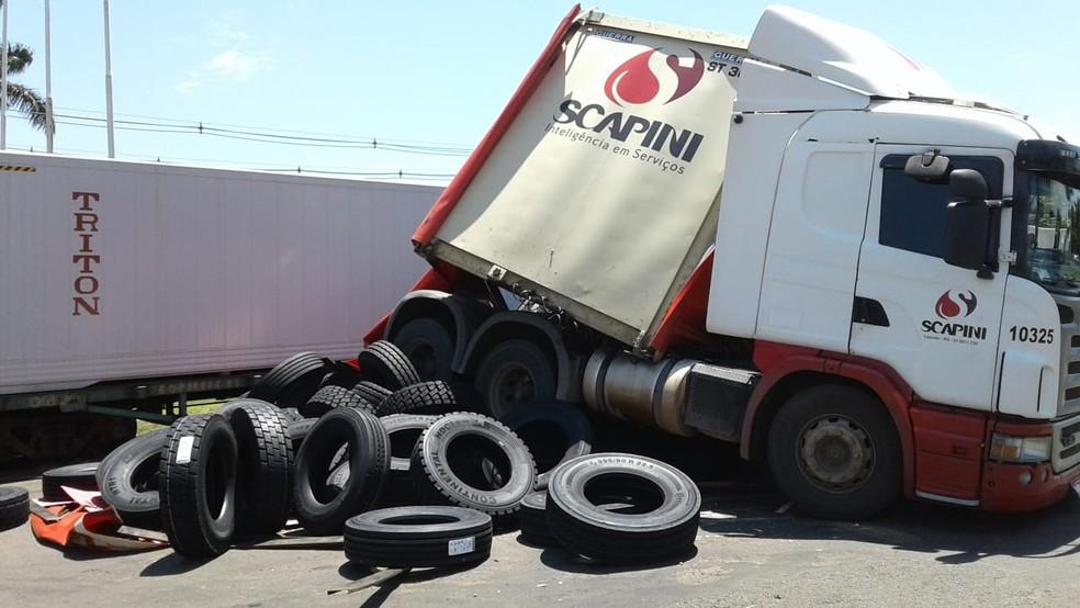 Carreta do Grupo Scapini carregada com pneus é atingida por trem no Paraná