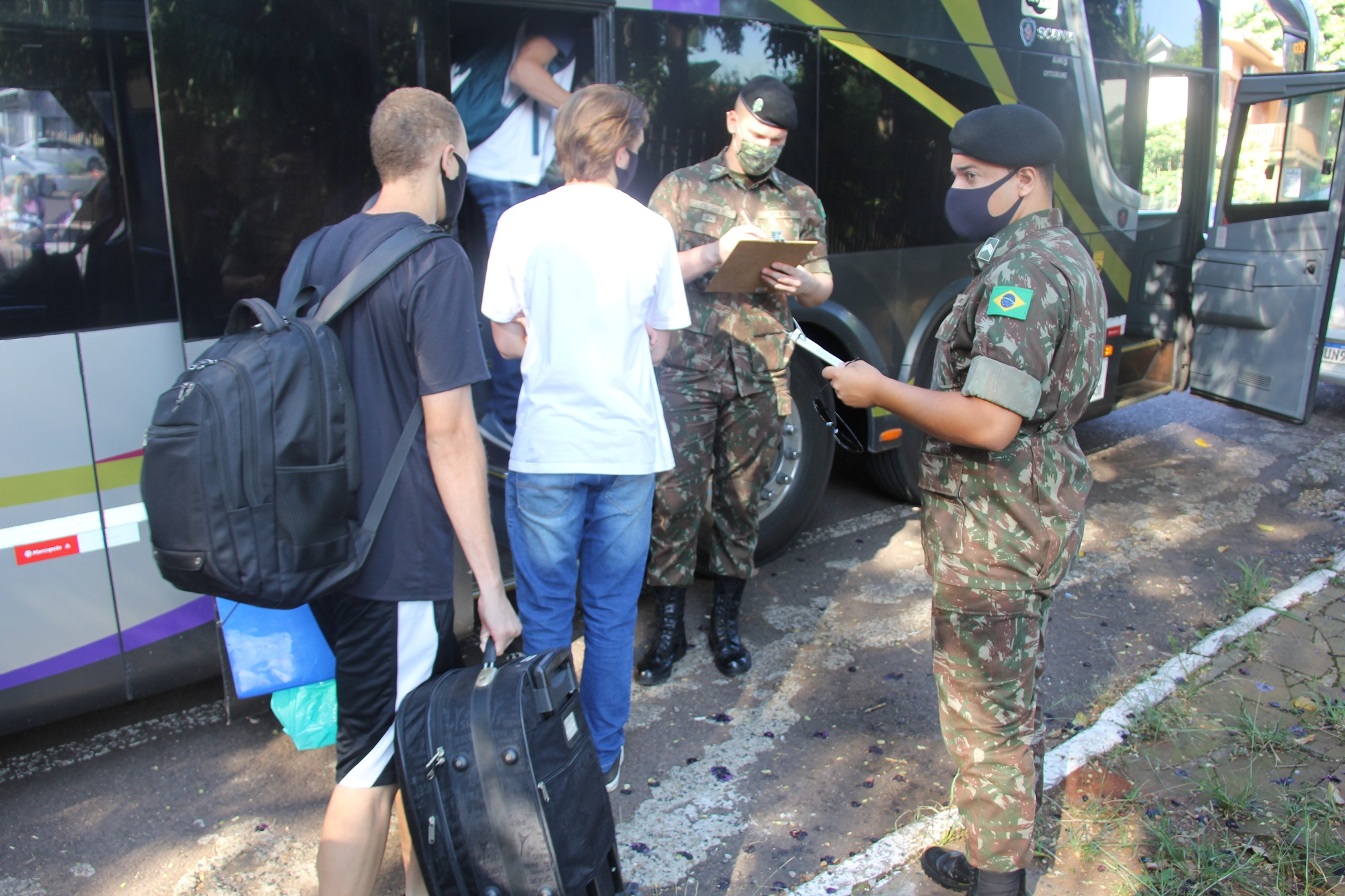 Jovens embarcam a serviço do Exército Brasileiro nesta segunda-feira