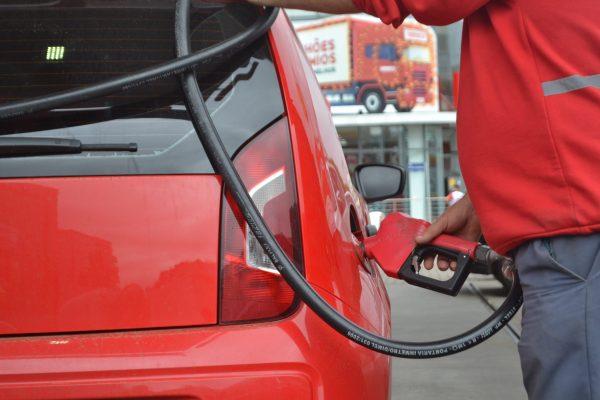 Preço da gasolina é reduzido em 2% nas refinarias