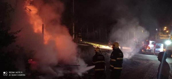 Bombeiros combatem incêndio em terreno baldio