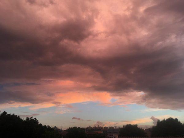 Terça-feira de sol e pancadas de chuva típicas da estação