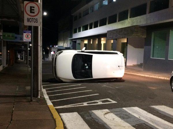 Veículo tomba em acidente no centro de Estrela