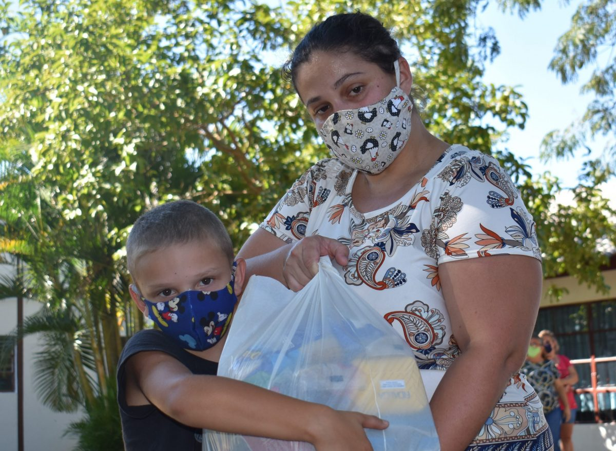 Mais de 1,8 mil cestas básicas são entregues para famílias de alunos