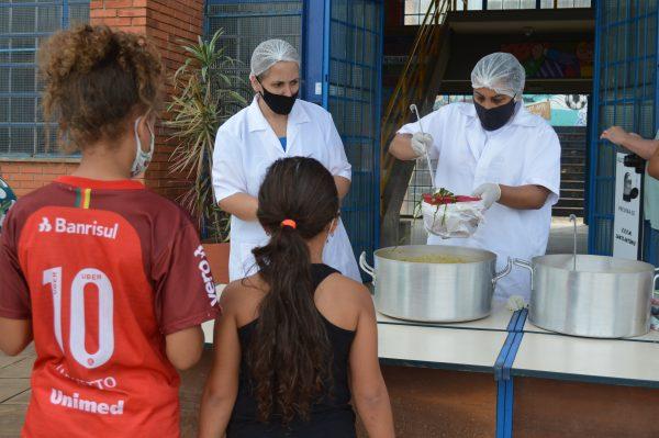 Voluntários fazem sopão para famílias do bairro Santo Antônio