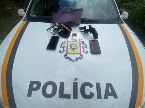 Dupla é presa por porte ilegal de arma e roubo de veículo