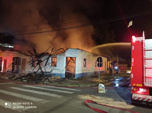 Fogo consome casa abandonada na área central de Lajeado