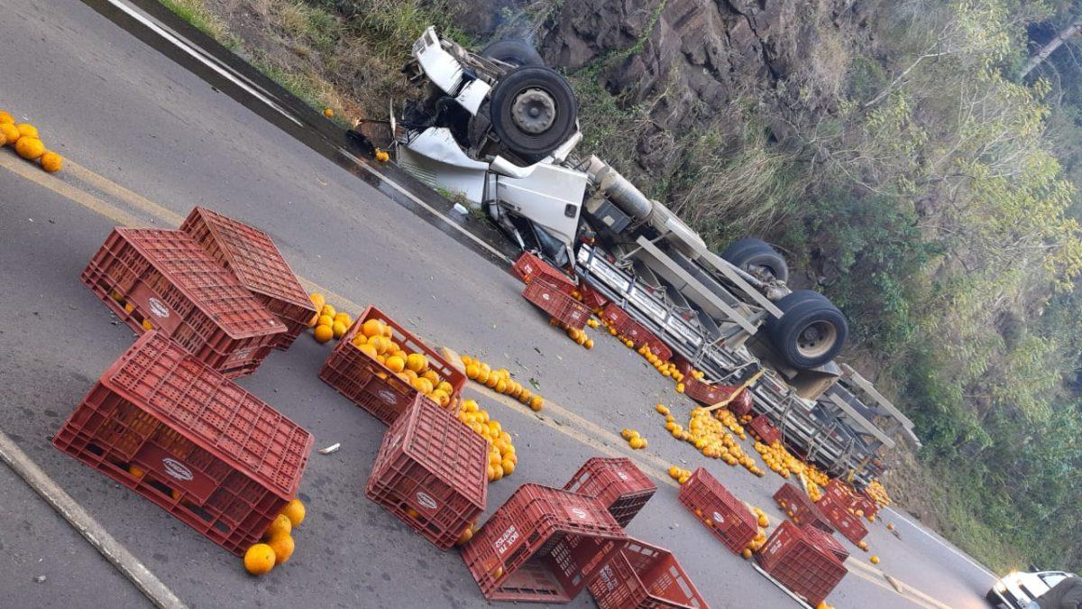 Duas pessoas morrem após tombamento de caminhão na ERS-332