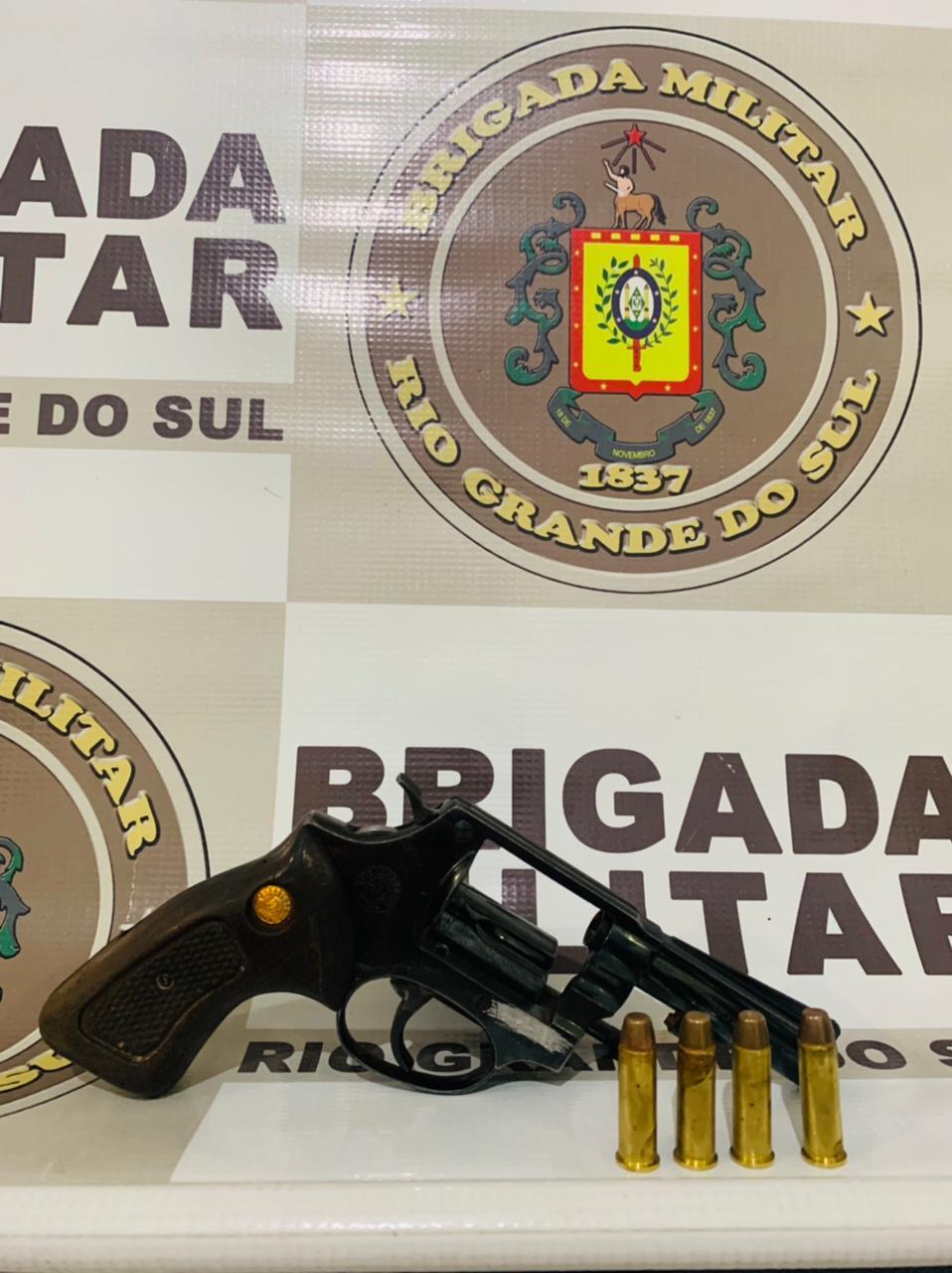 Jovem é preso por porte ilegal de arma de fogo no Bairro Santo Antônio