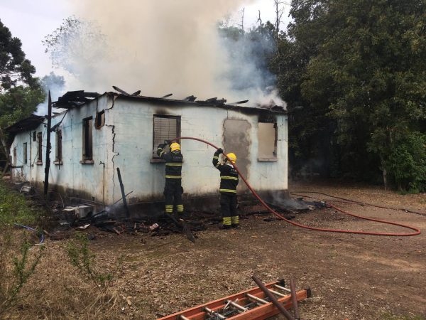 Incêndio causa perda total de antiga olaria em Cruzeiro do Sul