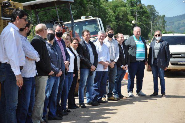 Comunidade e autoridades  celebram obra na VRS-811
