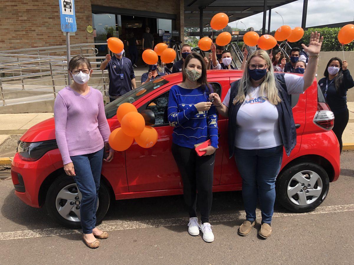 Imec entrega carro do sorteio da campanha de aniversário