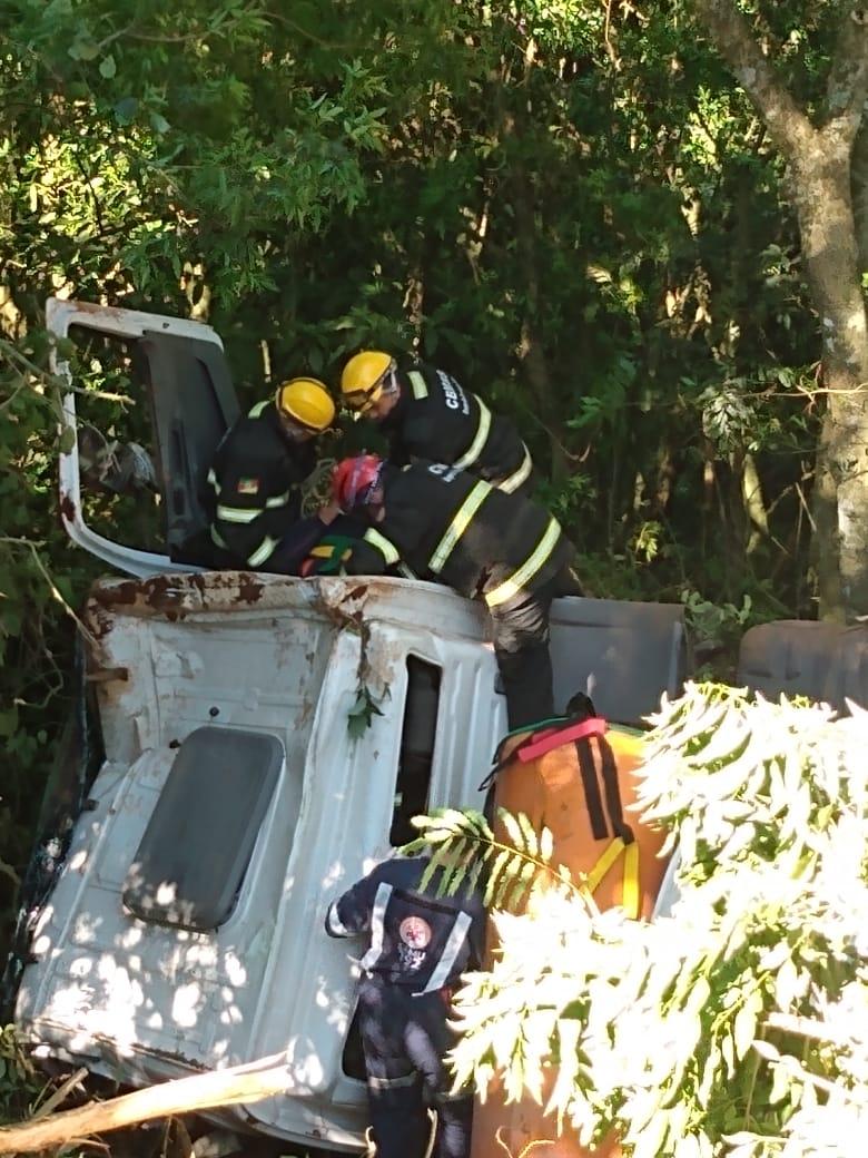 Bombeiros resgatam caminhoneiro preso às ferragens em Forquetinha